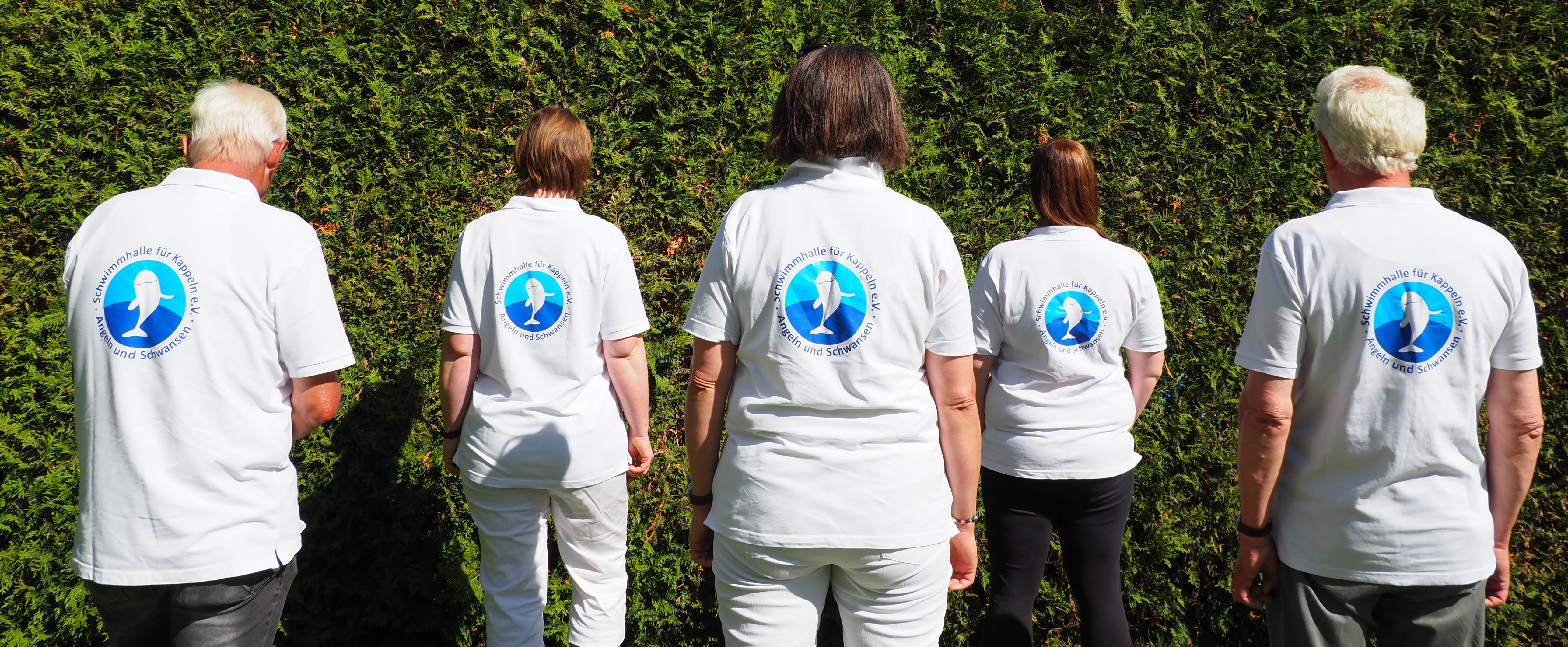 Fünf Personen mit einem Schwimmhalle für Kappeln Shirt zeigen ihren Rücken in die Kamera