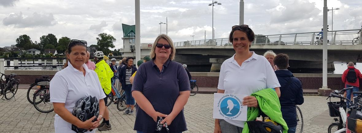 Drei Frauen stehen in Kappeln vor der Brücke